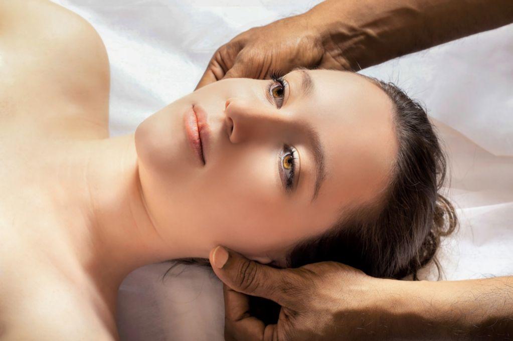 massage to a lady's head